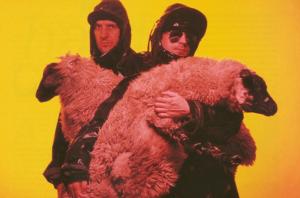 """The KLF: La historia del grupo rebelde que más sencillos vendió en 1991<span class=""""wtr-time-wrap block after-title""""><span class=""""wtr-time-number"""">9</span> minutos de lectura</span>"""