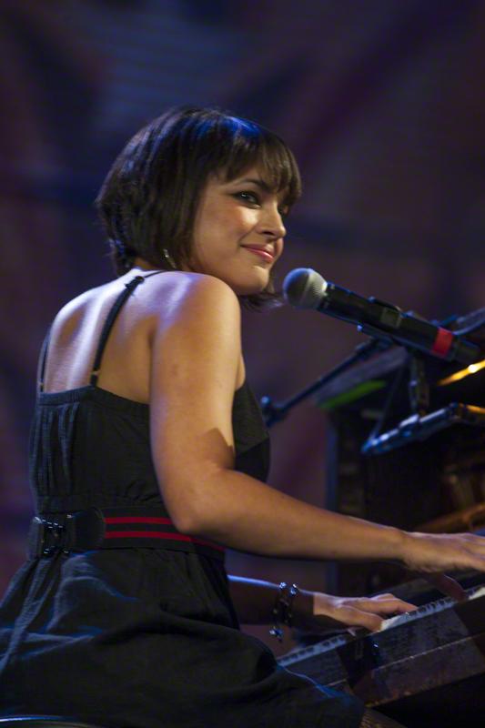 Actuación al piano de Norah Jones