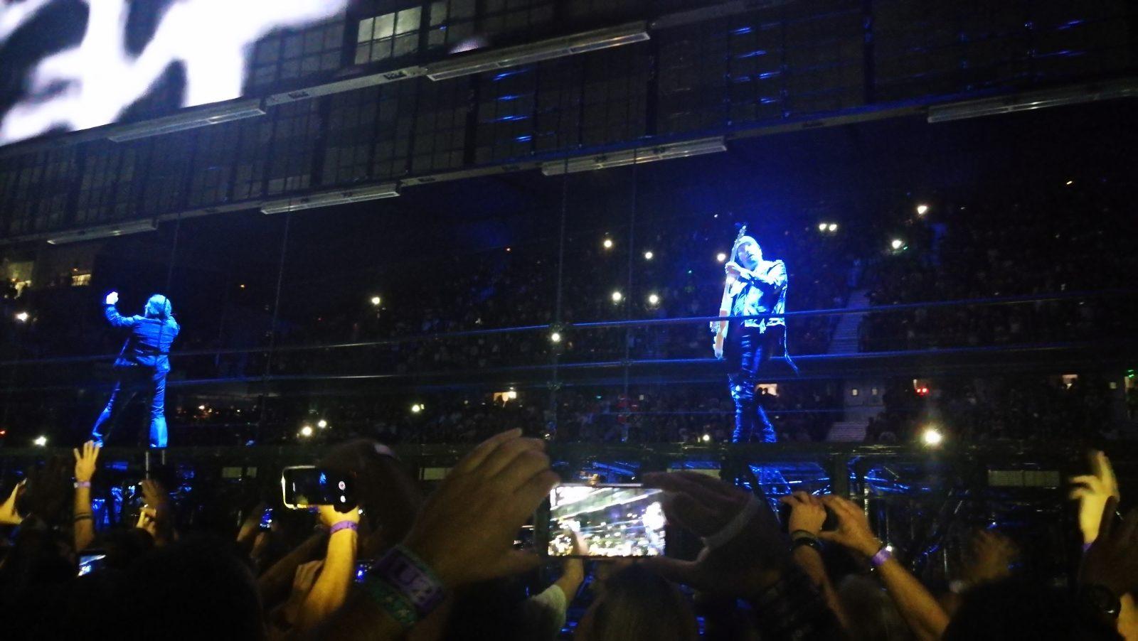 Edge y Bono de espaldas