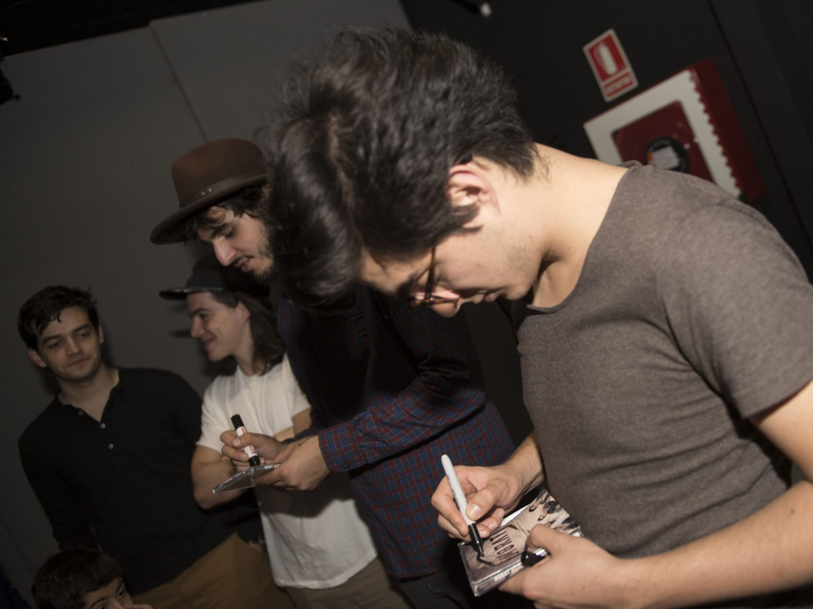 Morat firma un disco a mi hijo Pablo. Foto de Pablo Alonso (cedida por Pandora Producciones)