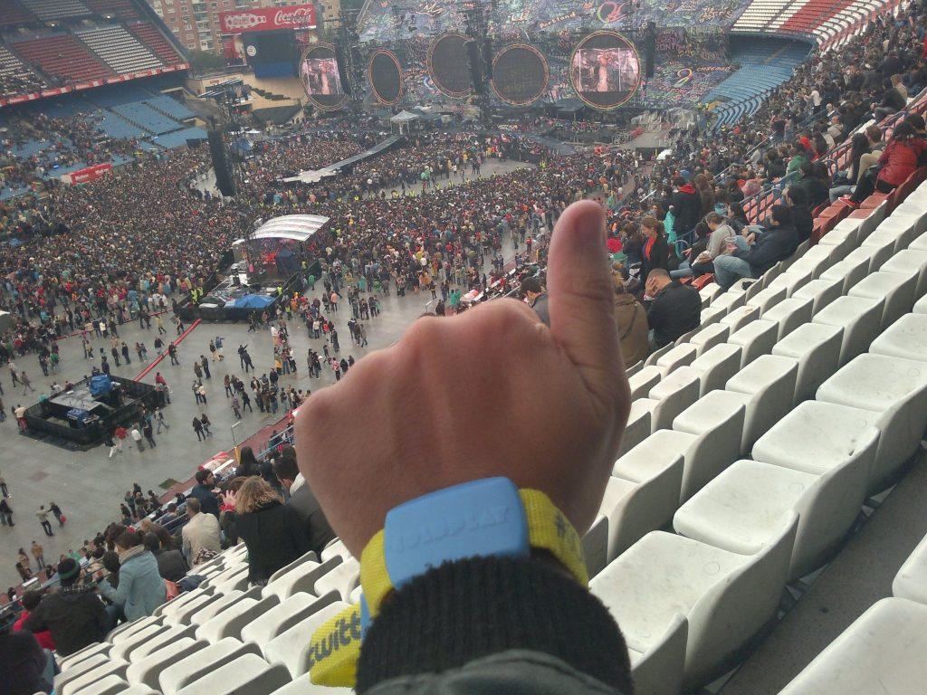 Imagen con pulsera lumínica correspondiente a la gira de Mylo Xyloto de 2012