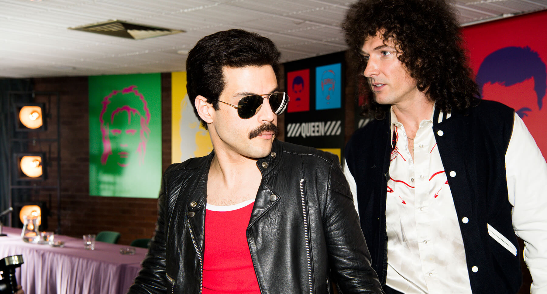 Los actores que dan vida a Freddie Mercury y Brian May, en la presentación del disco Hot Space (1982)