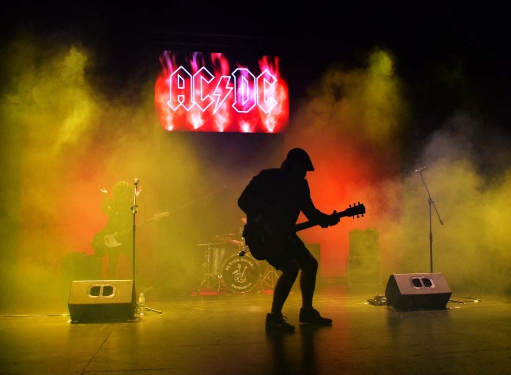 Carlitos interpreta a Angus Young de AC DC