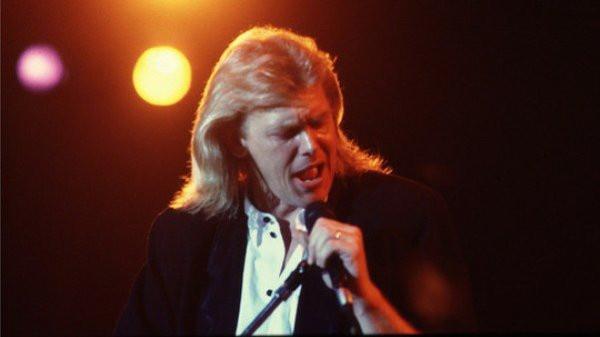 Foto de los 80 con Farnham cantando