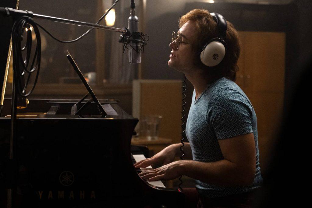 Elton John con su piano