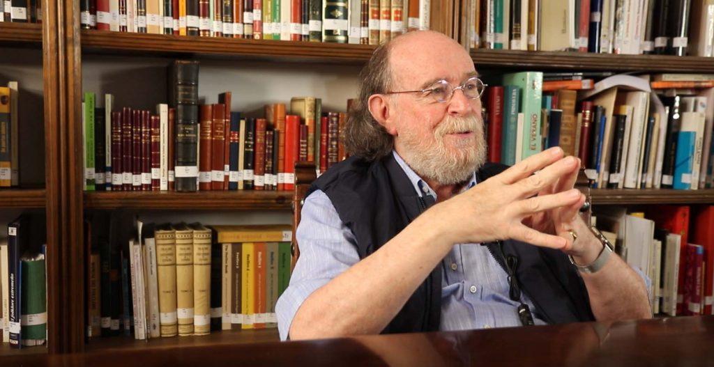Joaquín Díaz, en su biblioteca