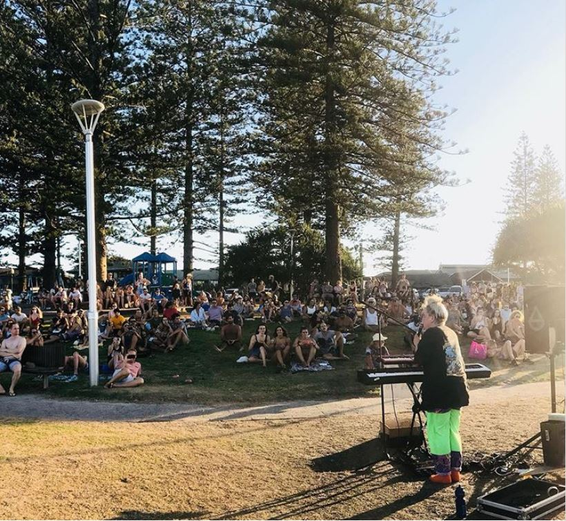 Tones and I en Byron Bay