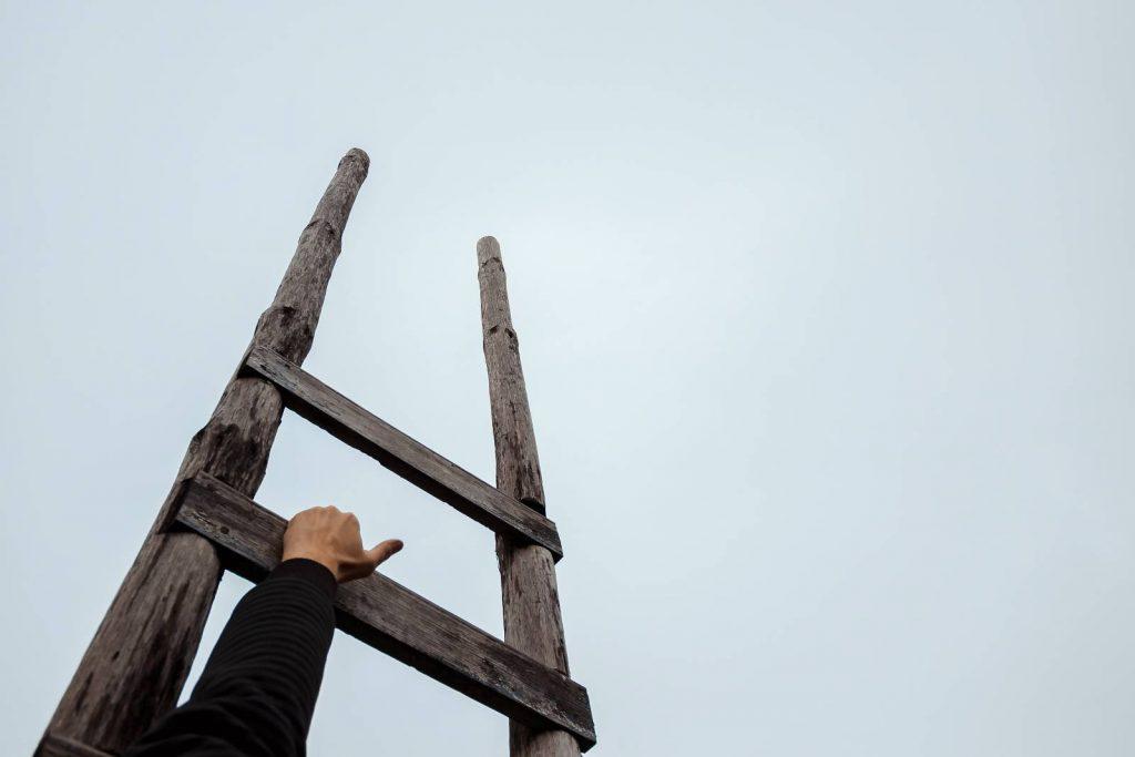 Escalera hacia el cielo. Fotografía de Freepik