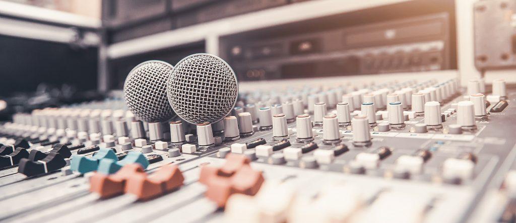 Micrófonos y mesa de mezclas