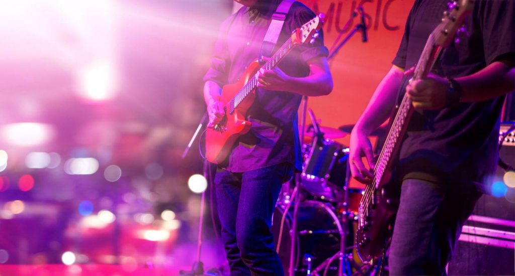 Guitarristas en un concierto de rock. Fotografía de Freepik.es