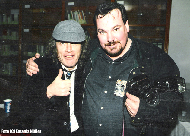 Angus Young y Domingo J. Casas. Fotografía de Estanis Núñez